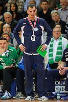 Trainer Emir Kurtagic (VFL) verfolgt das Spiel vor seiner Bank