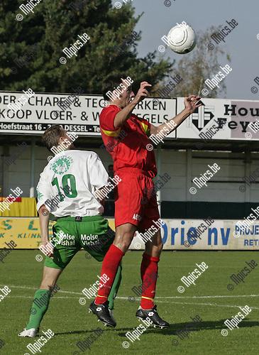 2008-10-12 / Voetbal / Dessel - Kapellen / Kurt Rombouts (Kapellen) wint het kopduel van Gabriel Persa.