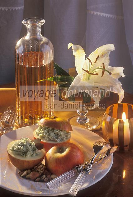 Gastronomie générale/Repas de Réveillon: Pommes fruits reconstituées  au roquefort et mendiant de fruits secs servi avec un Côteau du Layon