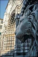 Genova, la cattedrale di San Lorenzo. Statua raffigurante un leone --- Genoa Cathedral. Statue of a lion