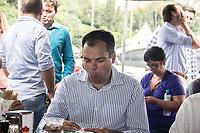 SÃO PAULO,SP, 10.03.2017 - DORIA-SP - O vice-prefeito de São Paulo é visto comendo pastel depois de visitar o protótipo de banheiro móvel, na feira livre do Estádio do Pacaembu, em São Paulo (SP), nesta sexta-feira (10). (Foto: Danilo Fernandes/Brazil Photo Press)