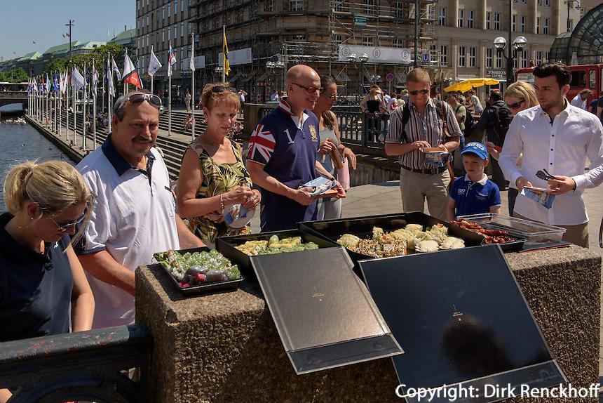 Sushi-Imbiss auf der Schleusenbr&uuml;cke, Hamburg-Innenstadt, Deutschland, Europa<br /> Sushi foodstall on Schleusenbr&uuml;cke, Hamburg, Germany