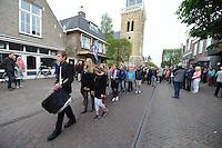 ALGEMEEN: JOURE: 04-05-2015, Dodenherdenking, Stilletocht door de Midstraat op weg naar de Kranslegging in Park Heremastate, ©foto Martin de Jong