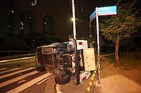 SAO PAULO, SP, 08/08/2012, ACID. AV AJARANI. O cruzamento das Av. Ajarani com a Av. Bernardino brito F. de Carvalho esta interditado desde o inicio da madrugada de hoje (8) devido a um grave acidente ocorrido no local. Dois veiculo colidiram, um deles chegou a tombar e colidir ainda contra um poste, segundo o policiamento no local, uma pessoa ficou ferida. Luiz Guarnieri/ Brazil Photo Press.