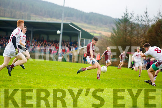 Piarsigh Na Dromoda's Graham Ó Súilleabháin threads this ball past the Galtee Gaels defence notching up a three pointer for the home side.