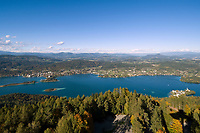 Oesterreich, Kaernten, Blick ueber den Woerthersee: im Vordergrund rechts Halbinsel Maria Woerth, im Hintergrund links Poertschach | Austria, Carinthia, view across Lake Woerth: at foreground right peninsula Maria Woerth, at background left Poertschach