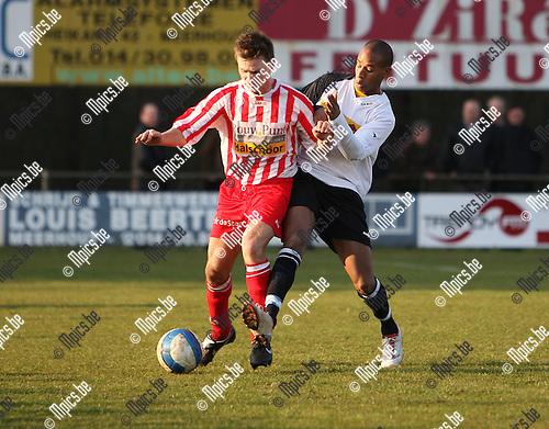 2008-02-24 / Voetbal / Meerhout - Hoogstraten / Omar Bennassar (Meerhout) probeert Koen Gommers van de bal te zetten...Foto: Maarten Straetemans (SMB)