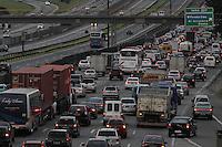 SAO PAULO, SP, 20/12/2013, TRANSITO DUTRA. O motorista enfrenta muito transito na Rod. Dutra sentido Rio de Janeiro na altura de Guarulhos, na saida para o feriado de Natal nessa sexta-feira (20). LUIZ GUARNIERI/ BRAZIL PHOTO PRESS.