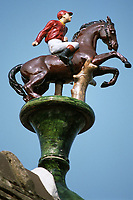 """Europe/France/Normandie/14/Calvados/Deauville: Détail d'un épi de faitage du portail de l'établissement """"Elie de Brignac"""" Vente de chevaux aux Enchères, représentant un cheval et son cavalier"""