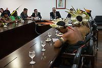 BRASILIA, DF, 11.11.2015 - BERZOINI-INDIOS-  O Ministro-chefe da Secretaria de Governo, Ricardo Berzoini (E), durante audiência com índios que faziam manifestação em frente ao Palácio do Planalto, nesta quarta-feira, 11.(Foto:Ed Ferreira / Brazil Photo Press)
