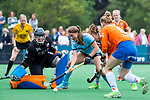 BLOEMENDAAL - Femke Verhoef (HGC) met keeper Diana Beemster (Bl'daal) , 2e play out wedstrijd tussen Bloemendaal-HGC dames (2-0). COPYRIGHT KOEN SUYK