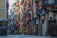 PAMPLONA, ESPANHA, 11.07.2019 - SAN-FERMIN - Participantes do Festival de San Fermin correm ao lado dos touros na cidade de Pamplona, norte da Espanha. Em cada dia do festival seis touros são liberados em 8:00 (0600 GMT) para fugir de seu curral pelas estreitas ruas de paralelepípedos da cidade velha em um percurso de 850 metros. À frente deles estão os corredores, que tentam ficar perto dos touros sem cair ou se afastar. (Foto: Vanessa Carvalho/Brazil Photo Press)