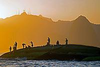 Pescadores nas pedras  na Baia de Guanabara. Niteroi. Rio de Janeiro. 2014. Foto de Rogerio Reis.