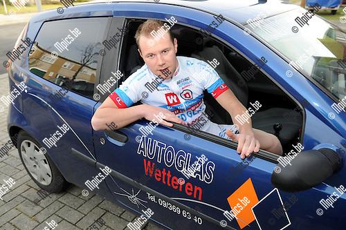 2012-02-22 / Wielrennen / seizoen 2012 / Jeroen Van Camp in een auto van zijn nieuwe sponsor..Foto: Mpics.be