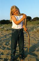 Mädchen, Kind mit Scheltopusik, Panzerschleiche, völlig harmlos, keine Schlange, Pseudopus apodus, Ophisaurus apodus, European glass lizard, armored glass lizard, Schleichen, Schleiche, Anguidae