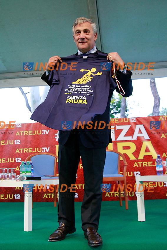 Antonio Tajani con la maglietta di Atreju 2012.Roma 12/09/2012 Atreju 2012 organizzato dai giovani del PDL. Prima giornata..Photo Samantha Zucchi Insidefoto