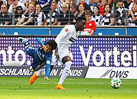 Zweikampf Tatsuya Ito (Hamburger SV) gegen Danny da Costa (Eintracht Frankfurt) - 05.05.2018: Eintracht Frankfurt vs. Hamburger SV, Commerzbank Arena, 33. Spieltag Bundesliga