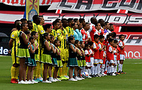 BOGOTÁ - COLOMBIA, 25-08-2018: Los jugadores de Independiente Santa Fe y Atlético Bucaramanga, antes de partido de la fecha 6 entre Independiente Santa Fe y Atlético Bucaramanga, por la Liga Aguila II 2018, en el estadio Nemesio Camacho El Campin de la ciudad de Bogota. / The players of Independiente Santa Fe and Atletico Bucaramanga, prior a match of the 6th date between Independiente Santa Fe and Atletico Bucaramanga, for the Liga Aguila II 2018 at the Nemesio Camacho El Campin Stadium in Bogota city, Photo: VizzorImage / Luis Ramírez / Staff.