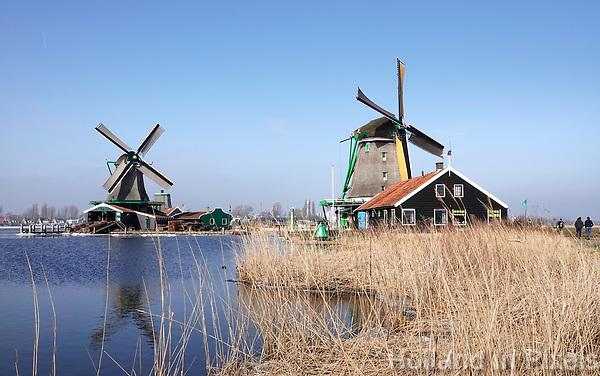 Nederland -  Zaanstad -  2018. Molens in Zaanse Schans. Links oliemolen de Zoeker.  Foto Berlinda van Dam / Hollandse Hoogte