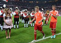 FUSSBALL   1. BUNDESLIGA  SAISON 2012/2013   5. Spieltag FC Bayern Muenchen - VFL Wolfsburg    25.09.2012 Toni Kroos und Mario Mandzukic (v. li., FC Bayern Muenchen) vor der Blaskapelle in der Allianz Arena