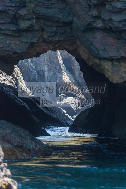 Royaume-Uni, îles Anglo-Normandes, île de Sark (Sercq): Grotte de  Gouliot Caves donnant sur le Gouliot Passage qui sépare Sercq de sa dépendance Brecqhou. // United Kingdom, Channel Islands, Sark Island (Sercq): Gouliot Caves