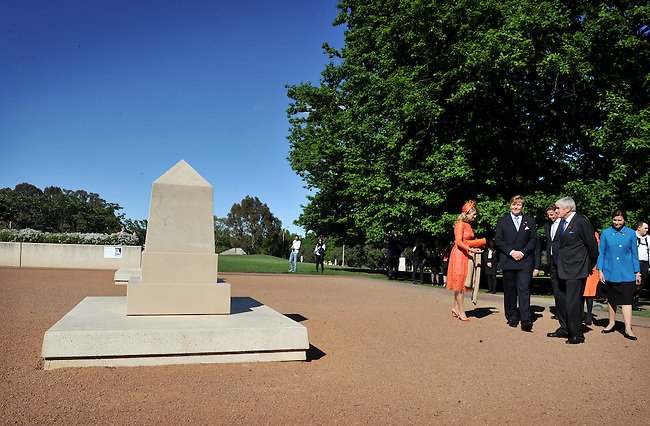 King Willem Alexander and Queen Maxima of the Netherlands inspect the Afghanistan memorial during a visit to the Australian War Memorial, Canberra, Nov 2, 2016. AFP PHOTO/ MARK GRAHAM