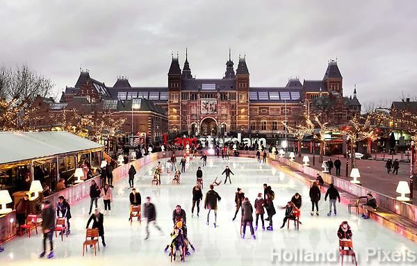 Nederland - Amsterdam - januari 2018. Bij gebrek aan natuurijs wordt er geschaatst op de ijsbaan op het Museumplein. Op de achtergrond het Rijksmuseum. Foto Berlinda van Dam / Hollandse Hoogte
