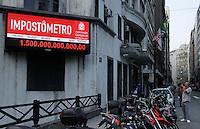 SAO PAULO, SP, 28 DEZEMBRO 2012 - ECONOMIA -  IMPOSTOMETRO - Impostometro atinge na tarde desta sexta-feira(28) o valor recadado de um trilhao e quinhentos bilhoes de imposto paga por consumidores brasileiros. (FOTO: AMAURI NEHN / BRAZIL PHOTO PRESS).