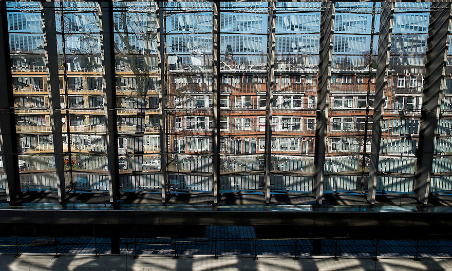 Nederland, Rotterdam, 9 maart 2014<br /> Huizenrij gezien door de gevel van het vernieuwde centraal station van Rotterdam<br /> Foto(c): Michiel Wijnbergh