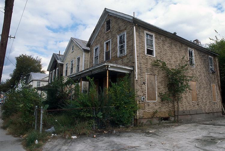 1995 October 25..Conservation.Berkley 3..RUNDOWN HOUSE.MAIN STREET...NEG#.NRHA#..