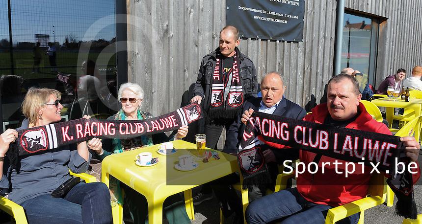 WS Lauwe - RC Lauwe :<br /> <br /> De supporters van RC Lauwe lijken er gerust in, genietend in het zonnetje<br /> <br /> foto VDB / BART VANDENBROUCKE
