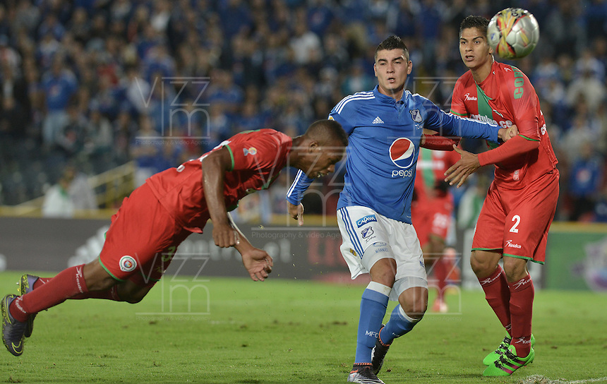 BOGOTA - COLOMBIA -07 -05-2016: Michael Rangel (C) jugador de Millonarios disputa el balón con Edwin Velasco (Izq) y Jonathan Muñoz (Der) jugadores de Cortulúa durante por la fecha 17 de la Liga Águila I 2016 jugado en el estadio Nemesio Camacho El Campín de la ciudad de Bogotá./ Michael Rangel (C) player of Millonarios fights for the ball with Edwin Velasco (L) and Jonathan Muñoz (R) players of Cortulua during the match for the date 17 of the Aguila League I 2016 played at Nemesio Camacho El Campin stadium in Bogota city. Photo: VizzorImage / Gabriel Aponte / Staff.