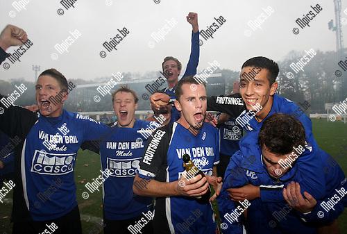 2007-10-28 / Voetbal / Rupel-Boom - Wijgmaal / De spelers van Rupel-Boom vieren de periodetitel