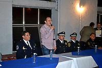Cuernavaca, Mor.- Durante los primeros minutos del 2016, el alcalde de Cuernavaca, Cuauht&eacute;moc Blanco, asumi&oacute; la responsabilidad de la seguridad en la capital de Morelos, al concluir el convenio con el mando &uacute;nico, por lo que fue retirado armamento y equipo de radiocomunicaci&oacute;n a los elementos. <br /> <br /> Adem&aacute;s, tom&oacute; protesta a una parte de su gabinete, incluida la Secretar&iacute;a de Seguridad Ciudadana. <br /> <br /> Fotos: No&eacute; Knapp