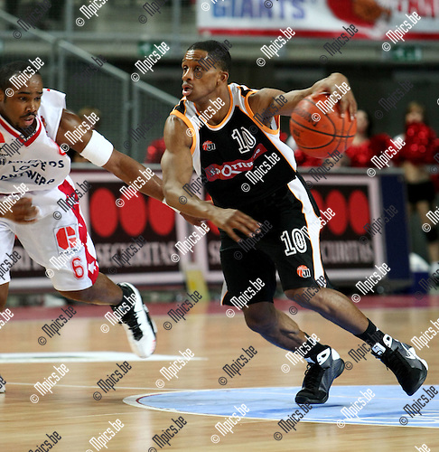 2009-01-25 / Basketbal / Antwerp Giants - Leuven / James Miller (R, Leuven) met Bryan Hopkins..Foto: Maarten Straetemans (SMB)