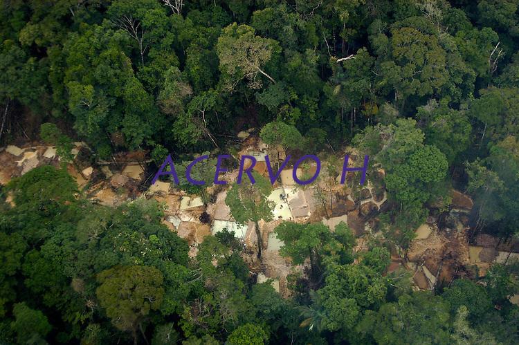 Garimpo do Juma,  descoberto em Novo Aripuan&atilde;, no sul do Amazonas,  igarap&eacute; da Preciosa, um afluente do rio Juma (a 70 km da cidade de Apu&Igrave;) vai crescendo com dezenas de buracos abertos sob a selva.<br /> Novo Aripuan&atilde;, Amazonas, Brasil<br /> 31/01/2007<br /> Foto Paulo Santos/