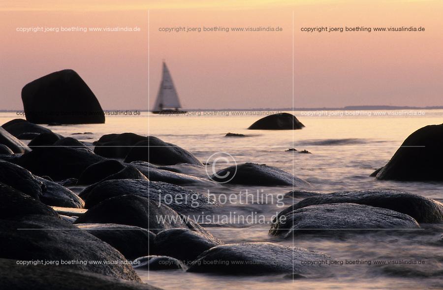 GERMANY island Ruegen, baltic sea, stones and sailing boat at Lohme during sun set/ DEUTSCHLAND Insel Ruegen, Ostsee, Findling Schwanenstein, Steine und Segelboot am Hafen Lohme beim Sonnenuntergang