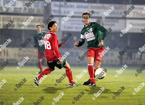 2013-02-16 / Voetbal / seizoen 2012-2013 / Houtvenne - Antonia / Manu Wuyts met Yves Claes (r, Houtvenne)..Foto: Mpics.be
