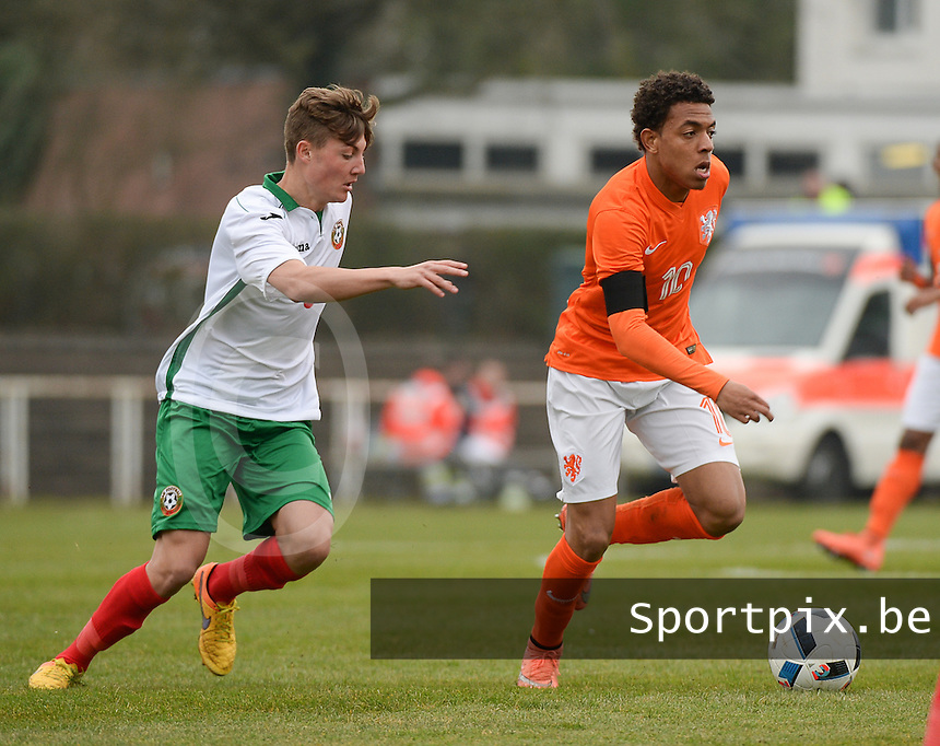 20160324 - Buderich , GERMANY : Dutch Donyell Malen (R) and Bulgarian Ivan Tilev (L) pictured during the soccer match between the under 17 teams of The Netherlands and Bulgaria , on the first matchday in group 4 of the UEFA Under17 Elite rounds in Buderich , Germany. Thursday 24th March 2016 . PHOTO DAVID CATRY