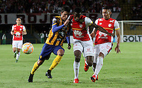 BOGOTÁ -COLOMBIA, 25-11-2015. Leyvin Balanta (Der) jugador del Independiente Santa Fe de Colombia disputa el balón con Jorge Nunez (Izq) jugador del Sportivo Luqueño del Paraguay   durante partido por la semifinal F 1 de la Copa Sudamericana  2015 jugado en el estadio Nemesio Camacho El Campín de la ciudad de Bogotá./ Leyvin Balanta (R) player of Independiente Santa Fe of Colombia  fights for the ball with Jorge Nunez (L) player of  Sportivo Luqueno of Paraguay during the match for the Copa Sudamericana semifinal F 1- 2015 played at Nemesio Camacho El Campin stadium in Bogotá city. Photo: VizzorImage/ Felipe Caicedo  / Staff