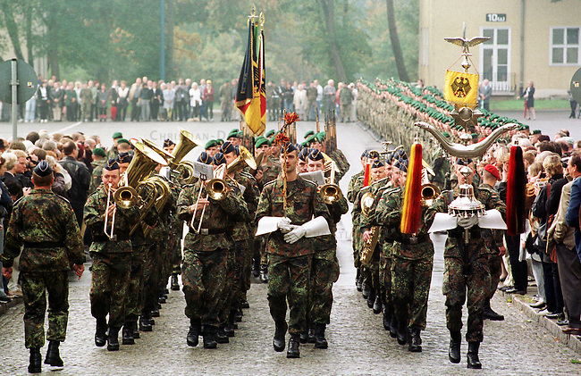 Geloebnis von Soldaten der 2. Kompanie des Jaegerbatallions 1 BERLIN und der 2. Kompanie des Wachbatallions BMVg in der Berliner Bluecher-Kaserne.<br /> Die Rekruten des Jaegerbatallions werden ab Mai 2001 als Einsatzkraefte BERLINER JAEGER zur KFOR-Friedenstruppe in den Kosovo verlegt.<br /> Hier: Soldaten des Luftwaffenmusikkorps 4, hinter ihnen die Ehrenkompanie mit den Geloebnisfahnen.<br /> 5.10.2000, Berlin<br /> Copyright: Christian-Ditsch.de<br /> [Inhaltsveraendernde Manipulation des Fotos nur nach ausdruecklicher Genehmigung des Fotografen. Vereinbarungen ueber Abtretung von Persoenlichkeitsrechten/Model Release der abgebildeten Person/Personen liegen nicht vor. NO MODEL RELEASE! Nur fuer Redaktionelle Zwecke. Don't publish without copyright Christian-Ditsch.de, Veroeffentlichung nur mit Fotografennennung, sowie gegen Honorar, MwSt. und Beleg. Konto: I N G - D i B a, IBAN DE58500105175400192269, BIC INGDDEFFXXX, Kontakt: post@christian-ditsch.de<br /> Bei der Bearbeitung der Dateiinformationen darf die Urheberkennzeichnung in den EXIF- und  IPTC-Daten nicht entfernt werden, diese sind in digitalen Medien nach &sect;95c UrhG rechtlich gesch&uuml;tzt. Der Urhebervermerk wird gemaess &sect;13 UrhG verlangt.]