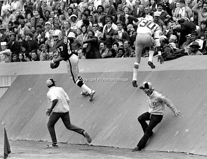 Raiders Raymond Chester climbs the wall after scoring TD against the Chargers.. (1972 photo/Ron Riesterer)
