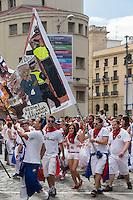 spagne, Navarre, Pampelune: Fêtes de San Fermín, les peñas taurines se rendent aux arènes pour  assister à la corrida  //  Spain, Navarre, Pamplona: Festival of San Fermín, Bullfighting Peñas go  to arenas