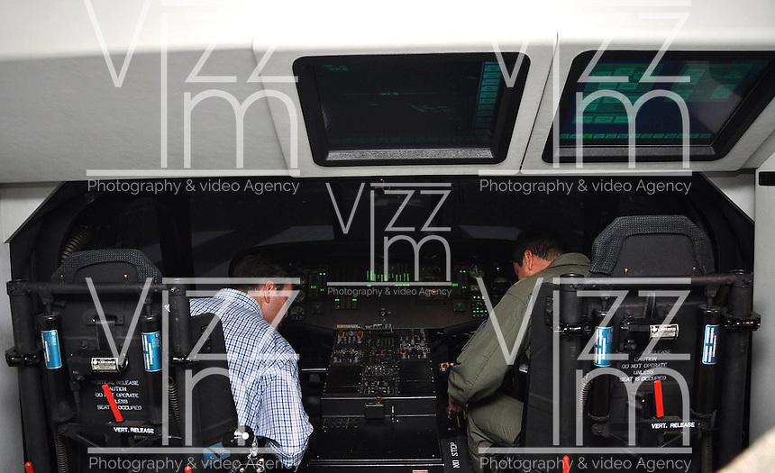 MELGAR - COLOMBIA -10-03-2013: Juan Carlos Pinzón Bueno (Izq.), Ministro de Defensa Nacional en la Base Aérea de Melgar, marzo 10 de 2013. Pinzón Bueno y un piloto de la Fuerza Aérea Colombiana (FAC), en el simulador de última tecnología de vuelo helicópteros UH-60 que entregó el Ministerio de Defensa a La FAC, para mejorar el entrenamiento de los pilotos. (Foto: VizzorImage / Filiberto Guarnizo / Mindefensa). Juan Carlos Pinzón Bueno (left), Minister of National Defence, in the Air Force Base in Melgar, March 10, 2013. Pinzon Bueno and a pilot Colombian Air Force (FAC) in the flying simulator  UH-60 helicopters, of last tecnology that gave the Ministry of Defence to the FAC, to improve the training of pilots. (Photo: VizzorImage / Filiberto Guarnizo / Defense Ministry).