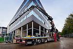 UTRECHT - Op een bouwplaats staat een vrachtwagen lading uit te laden terwijl de chauffeur gaat bellen of en waar hij lading terug moet gaan oppikken. COPYRIGHT TON BORSBOOM.