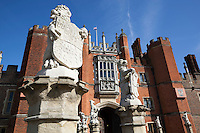 Great Britain, England, London: Hampton Court Palace, the Tudor Palace given to King Henry 8th by Cardinal Wolsey with statue of the Lion of England | Grossbritannien, England, London: Hampton Court Palace, der Tudor Palast, den Koenig Henrich VIII. von Kardinal Wolsey erhielt, Statue des englischen Loewen