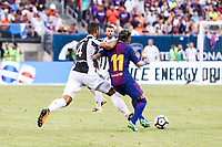 EAST RUTHERFORD, EUA, 22.07.2017 - JUVENTUS-BARCELONA - Neymar Jr, (D) do Barcelona (ESP) disputa bola com   Ivan Rakitic da Juventus (ITA) valido pela Internacional Champions Cup no MetLife Stadium na cidade de East Rutherford nos Estados Unidos neste sábado, 22. (Foto: William Volcov/Brazil Photo Press)