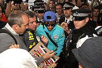 LONDRES, INGLATERRA, 17 JULHO 2012 - DESEMBARQUE SELECAO BRASILEIRA OLIMPICA EM LONDRES - Neymar da selecao masculina olimpica de futebol desembarca no Aeroporto de Heathrow em Londres na Inglaterra, nesta terca-feira, 17. (FOTO: GUILHERME ALMEIDA / BRAZIL PHOTO PRESS).
