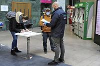 - la città di Milano sotto blocco totale e quarantena a causa dell'epidemia di Coronavirus nei primi giorni della primavera 2020; controllo dei documenti di autocertificazione che autorizzano gli spostamenti all'interno della stazione Cadorna delle ferrovie regionali Trenord<br /> <br /> - the city of Milan under total blockade and quarantine due to the Coronavirus epidemic in the early days of spring 2020; control of self-certification documents authorising travel in the Cadorna station of Trenord regional railways