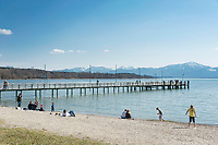 Deutschland, Bayern, Oberbayern, Chiemgau, bei Seebruck: der Chiemsee im fruehen Fruehling mit den Chiemgauer Alpen | Germany, Bavaria, Upper Bavaria, Chiemgau, near Seebruck: lake Chiemsee in early spring with Chiemgau Alps